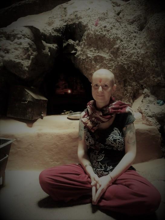In Indien ist es normal, sich als spirituelle Schülerin den Kopf zu rasieren und in Höhlen zu meditieren